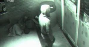 بالفيديو.. رجل غامض يخترق الأبواب المغلقة كالأشباح